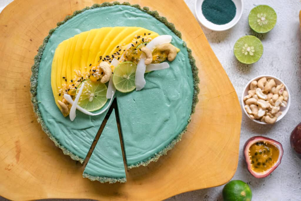Key-lime-pie-with-a-slice-cut-ready-to-serve