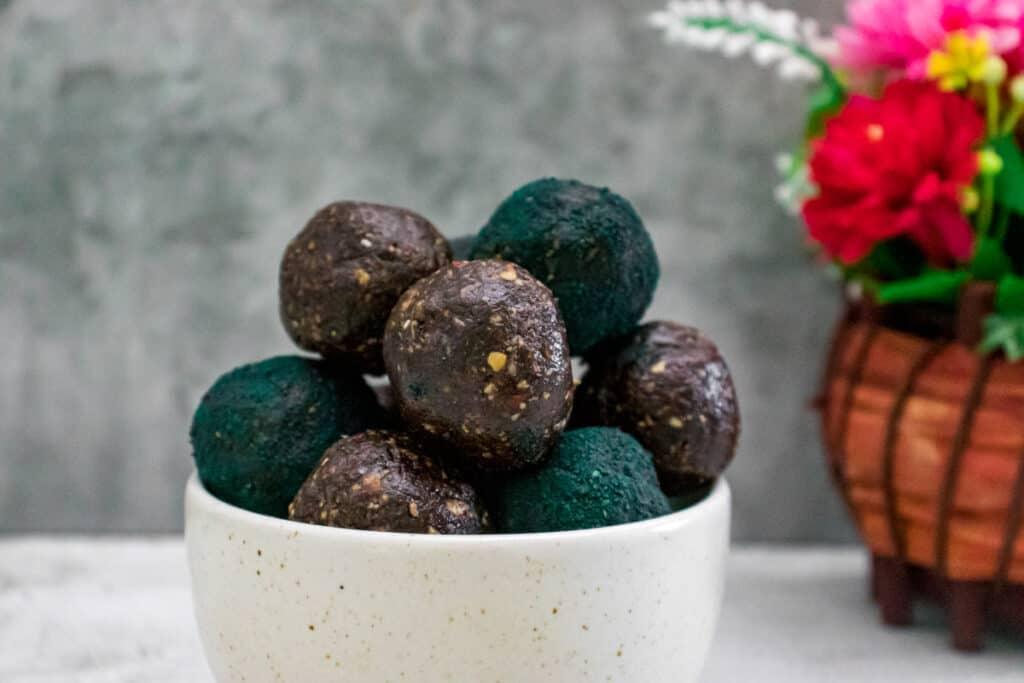 chocolate-and-spirulina-energy-balls