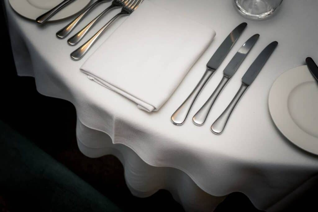 fine-dining-table-setting