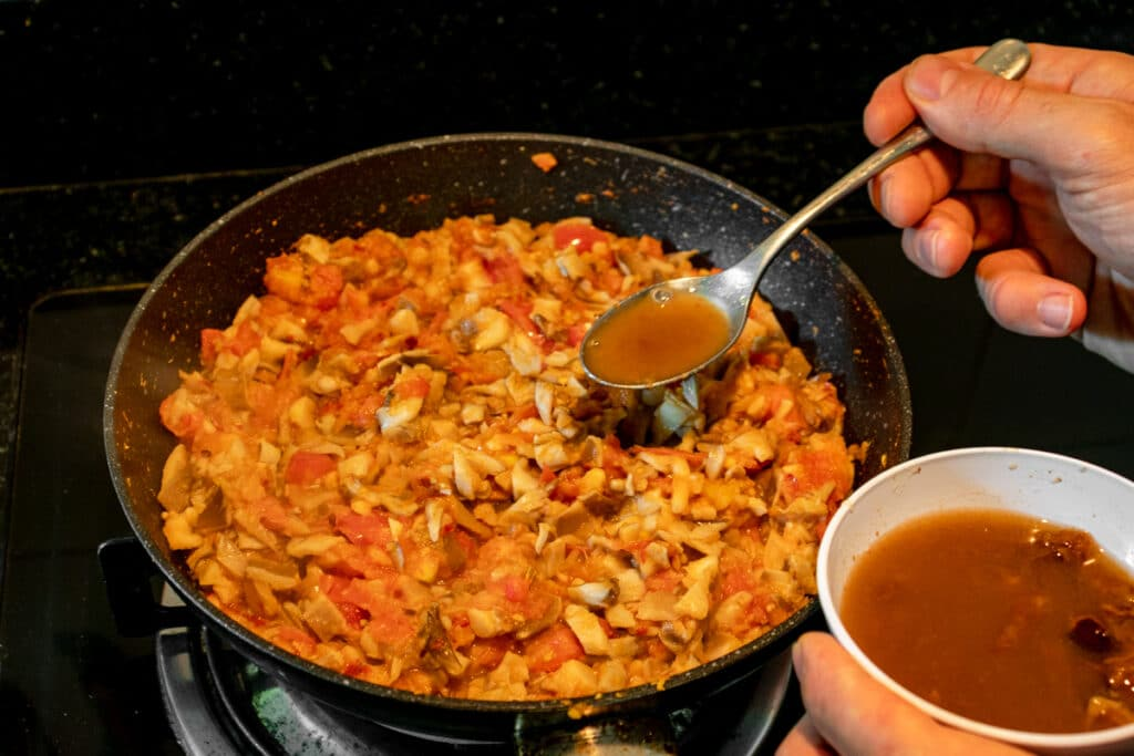 cooking-nam-prik-ong-adding-tamarind