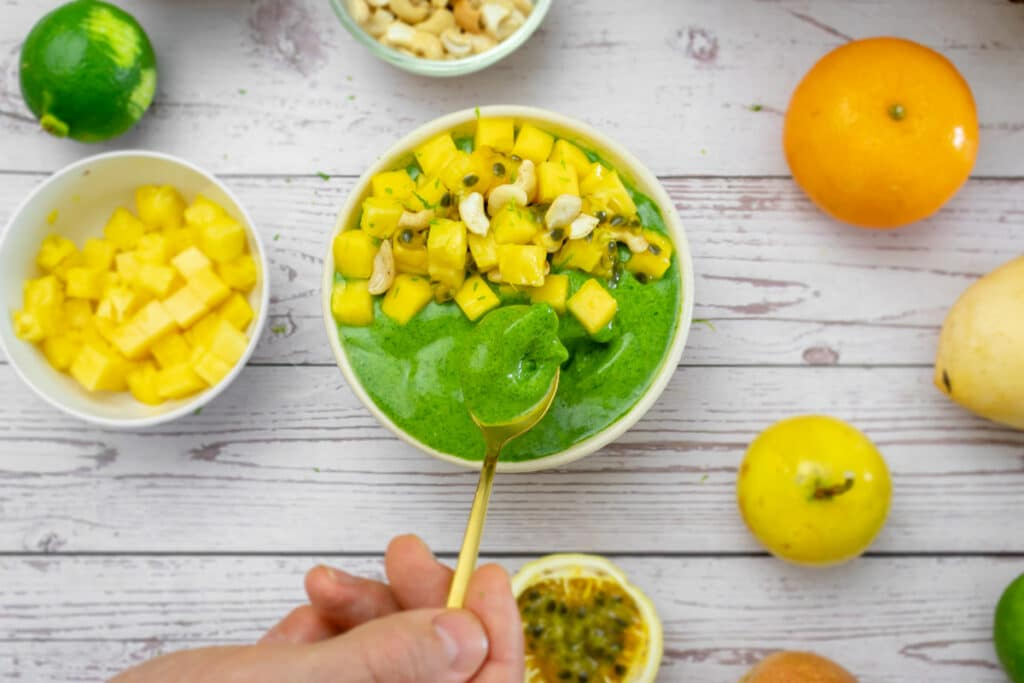 gree-wolffia-smoothie-bowl-is-served